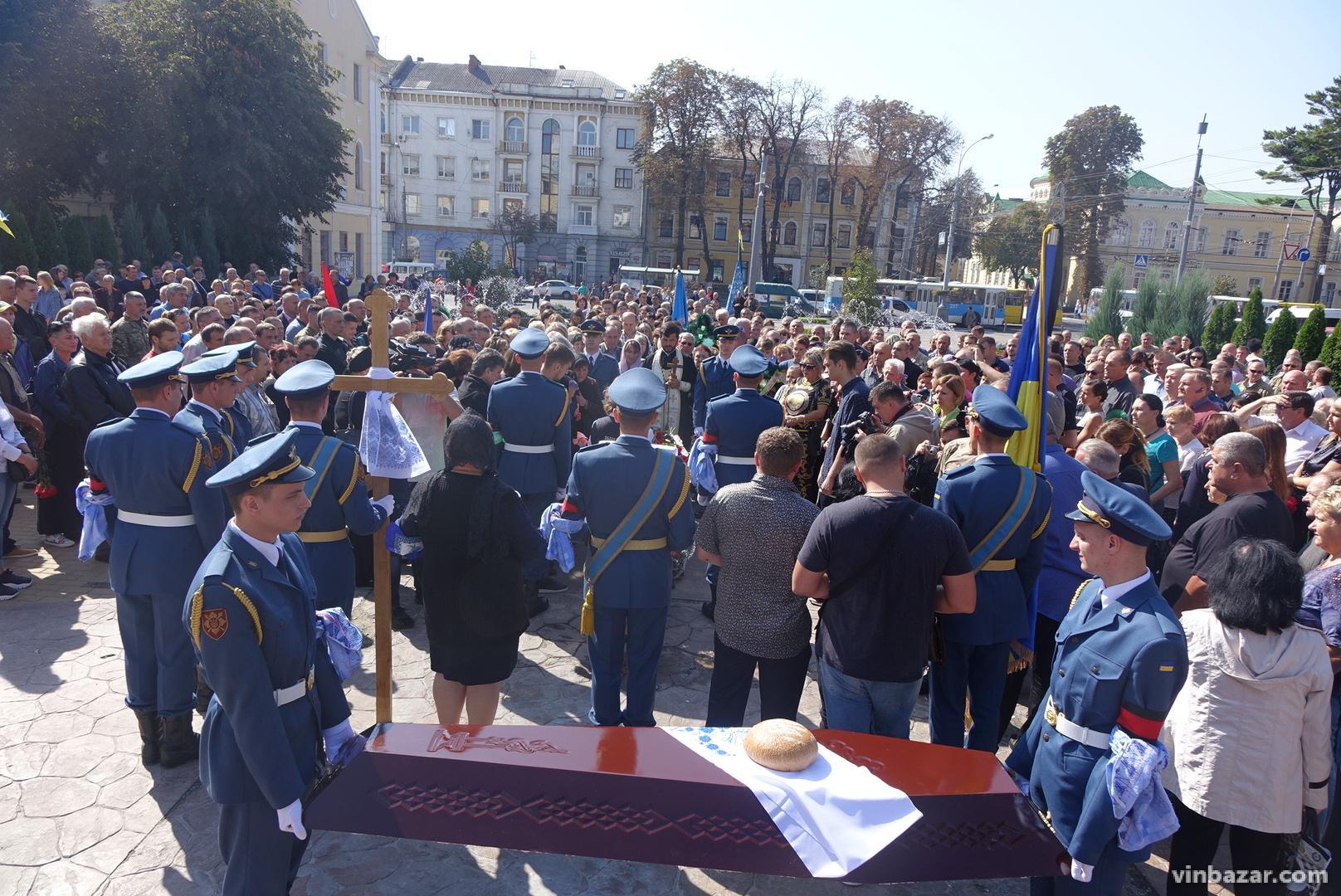 У центрі Вінниці попрощалися з волонтером-воїном (Фото)