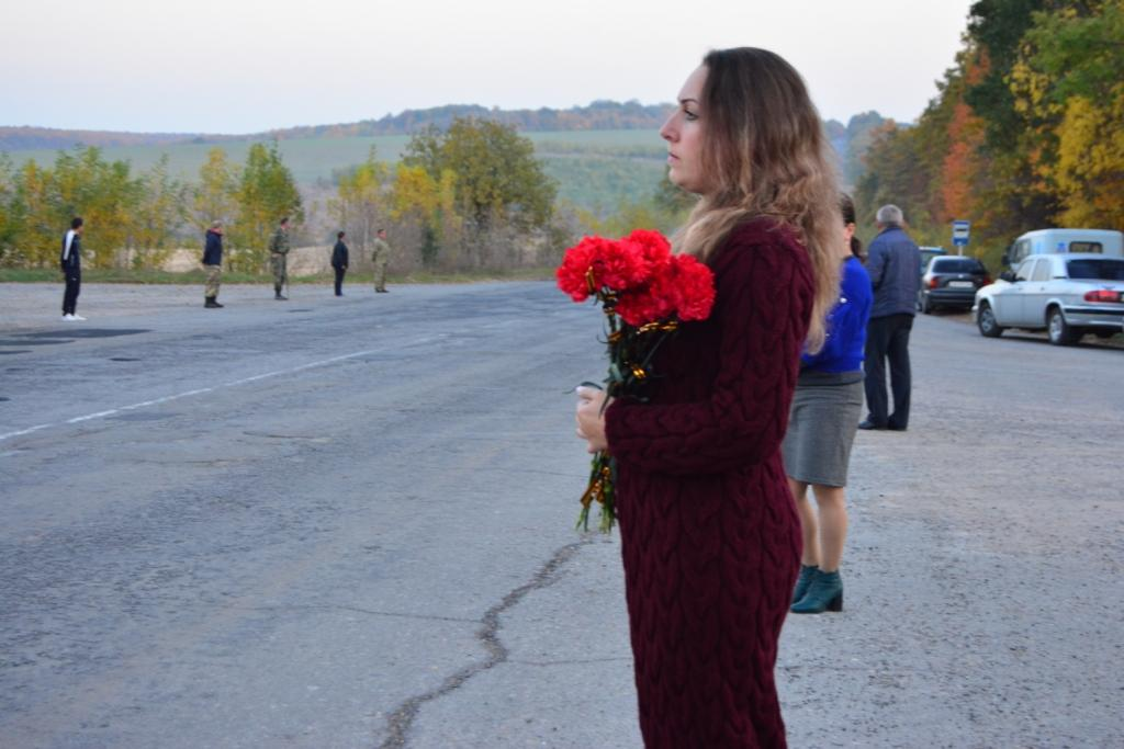 На Вінниччині люди вистеляли дорогу квітами перед автомобілем із загиблим захисником (Фото)