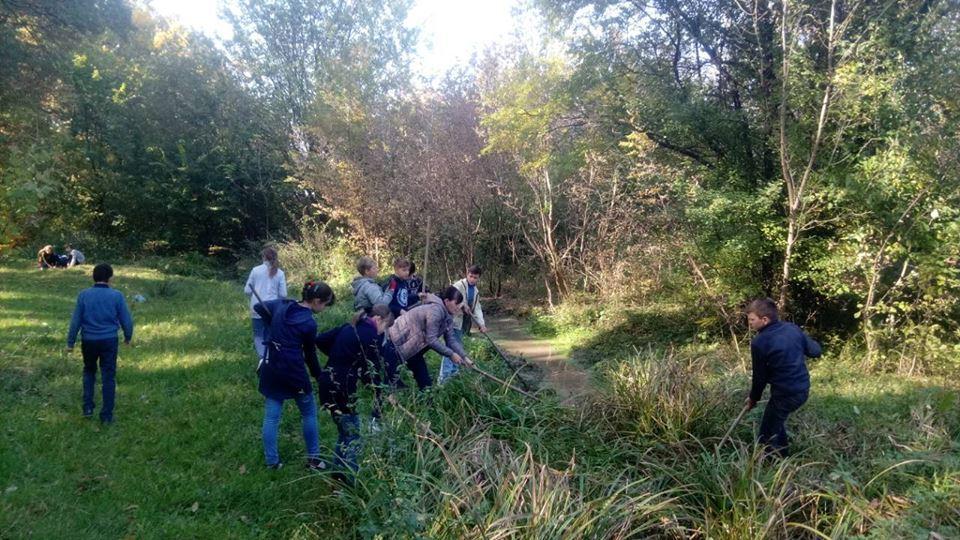 На Вінниччині школярі розчистили джерело від сміття (Фото)