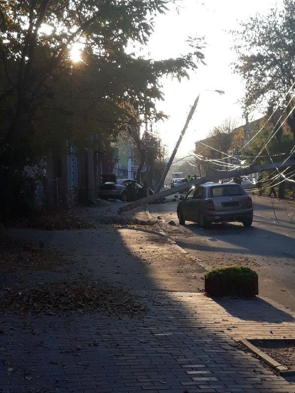 ДТП у центрі Вінниці: легковик зніс дві електроопори (Фото)
