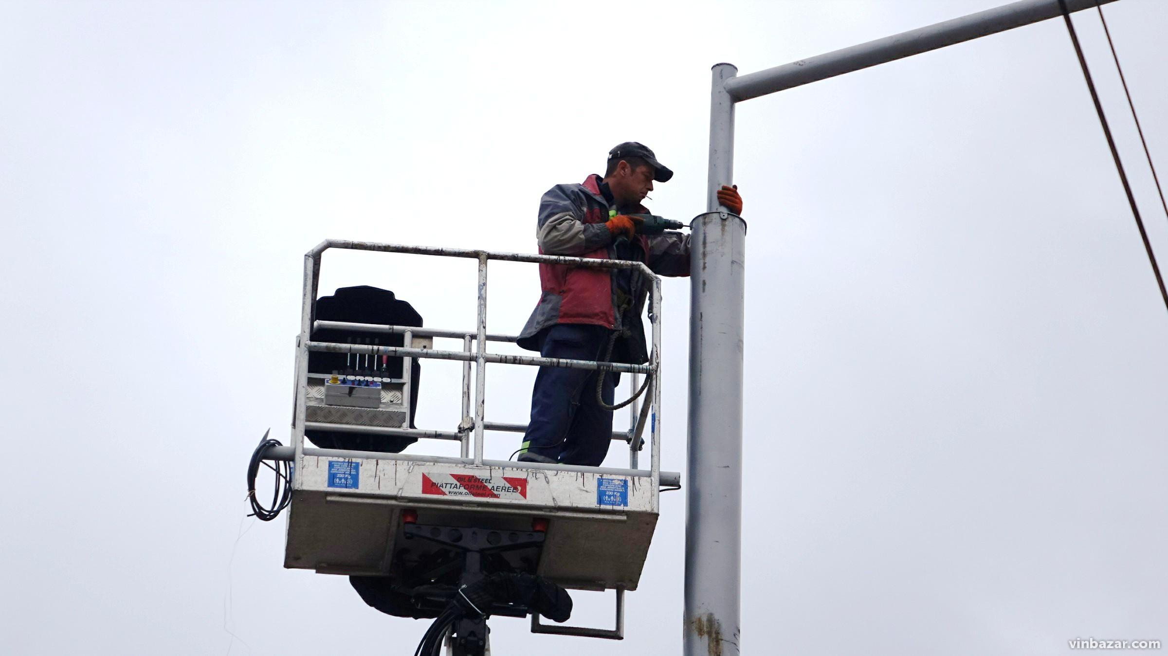 Реконструкція Замостянської: стелять новий асфальт та монтують освітлення (Фото)