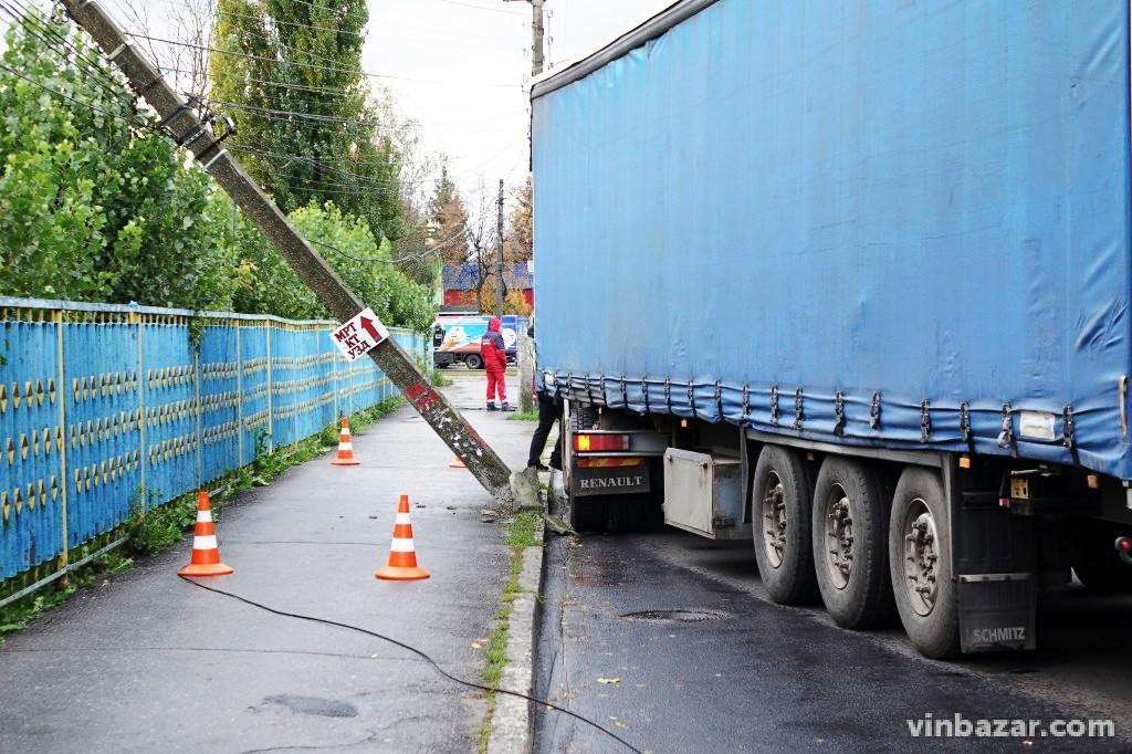 На Хмельницькому шосе вантажівка знесла бетонний ліхтар (Фото)