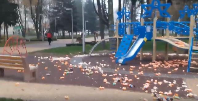 На проспекті Космонавтів дитячий майданчик засипали іграшками (Фото+Відео)