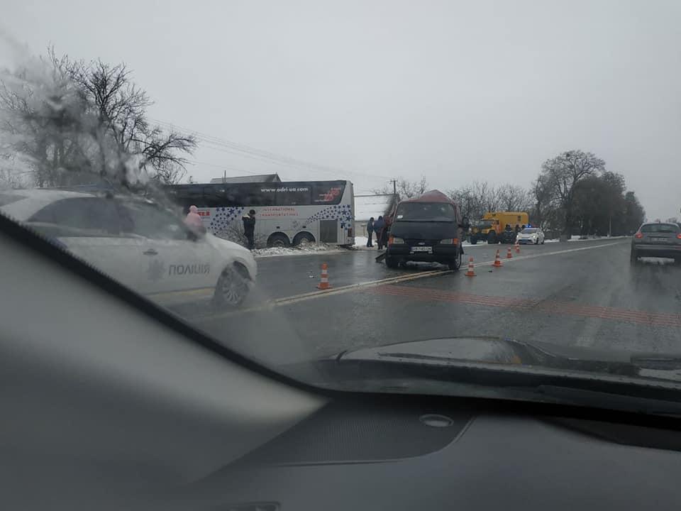 Біля Вінниці рейсовий автобус потрапив у ДТП (Фото+Відео)