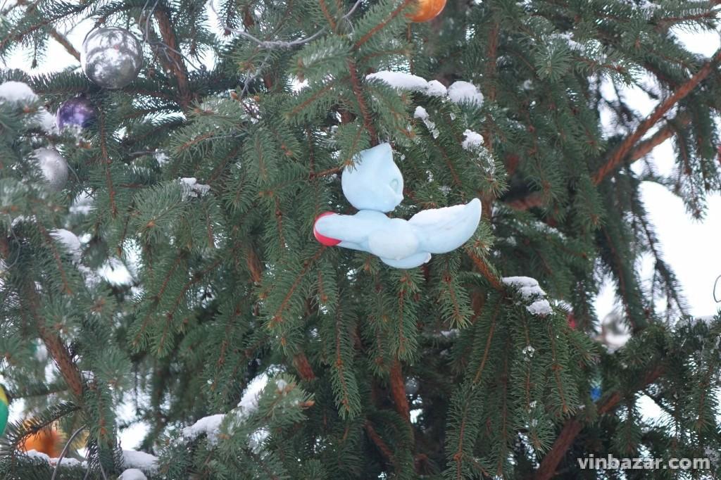 Новорічну ялинку у парку Дружби народів прикрасили зламаними радянськими іграшками (Фото)