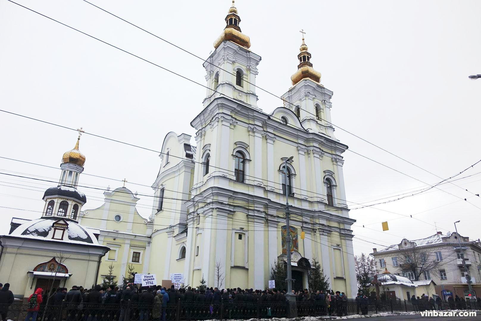 У Вінниці сотня священників РПЦ прийшли під стіни собору ПЦУ (Фото+Відео)