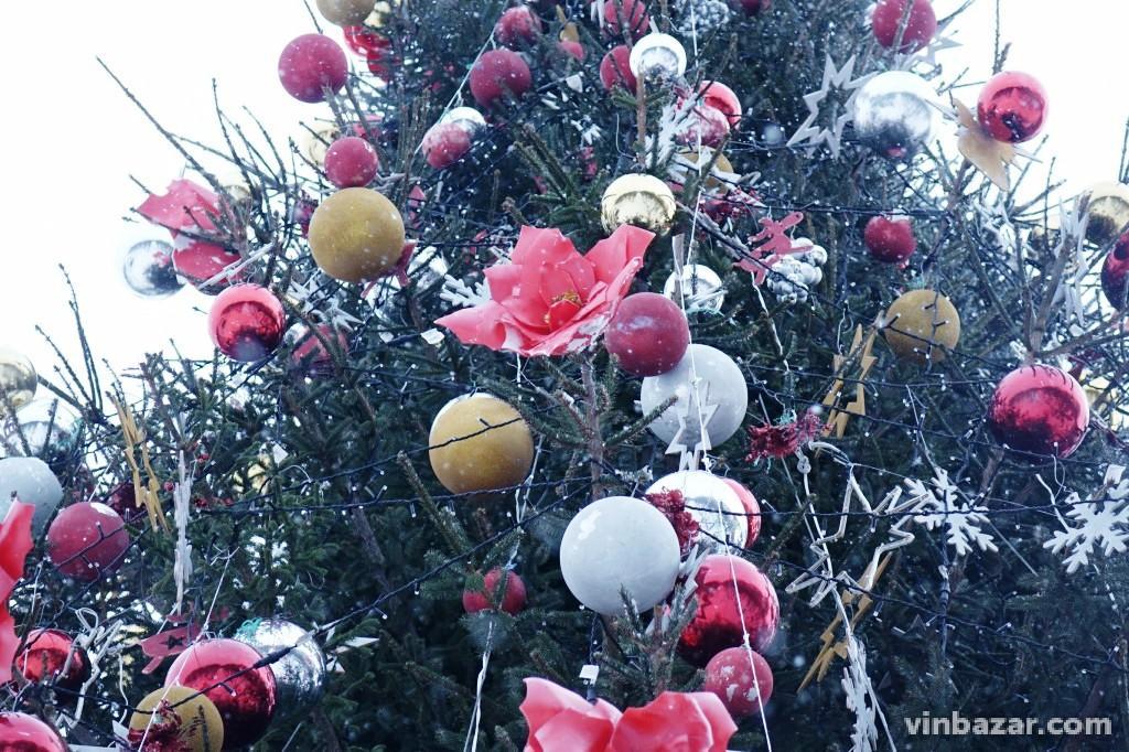 На головні ялинці Вінниці замінили новорічні іграшки, які зіпсувалися (Фото)