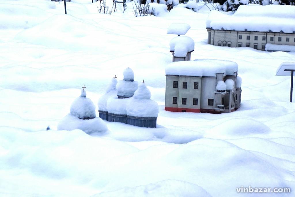 Зимова міні-Вінниця: мініатюри у Центральному парку засипало снігом (Фото)