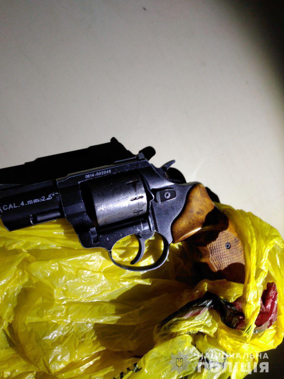 У пасажира водія-порушника поліцейські вилучили зброю (Фото)