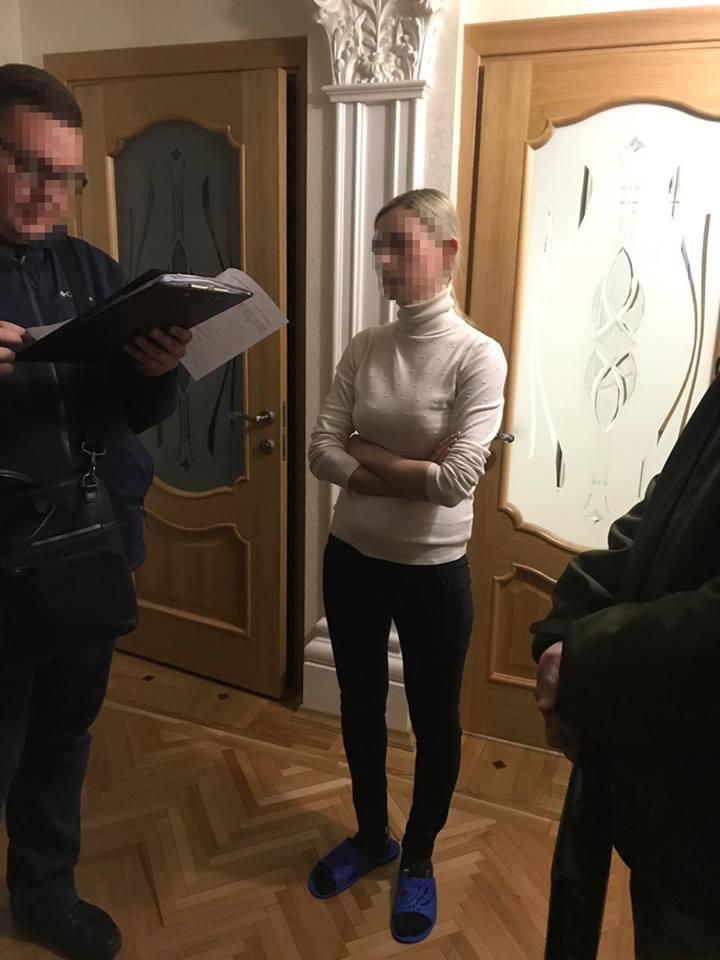 У Вінницькій області СБУ викрилана хабарі спеціаліста Державної міграційної служби та його посередника (Фото)