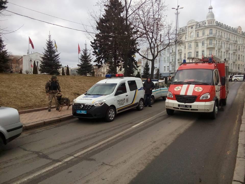 У центрі Вінниці шукають вибухівку в відділенні банку (Фото)
