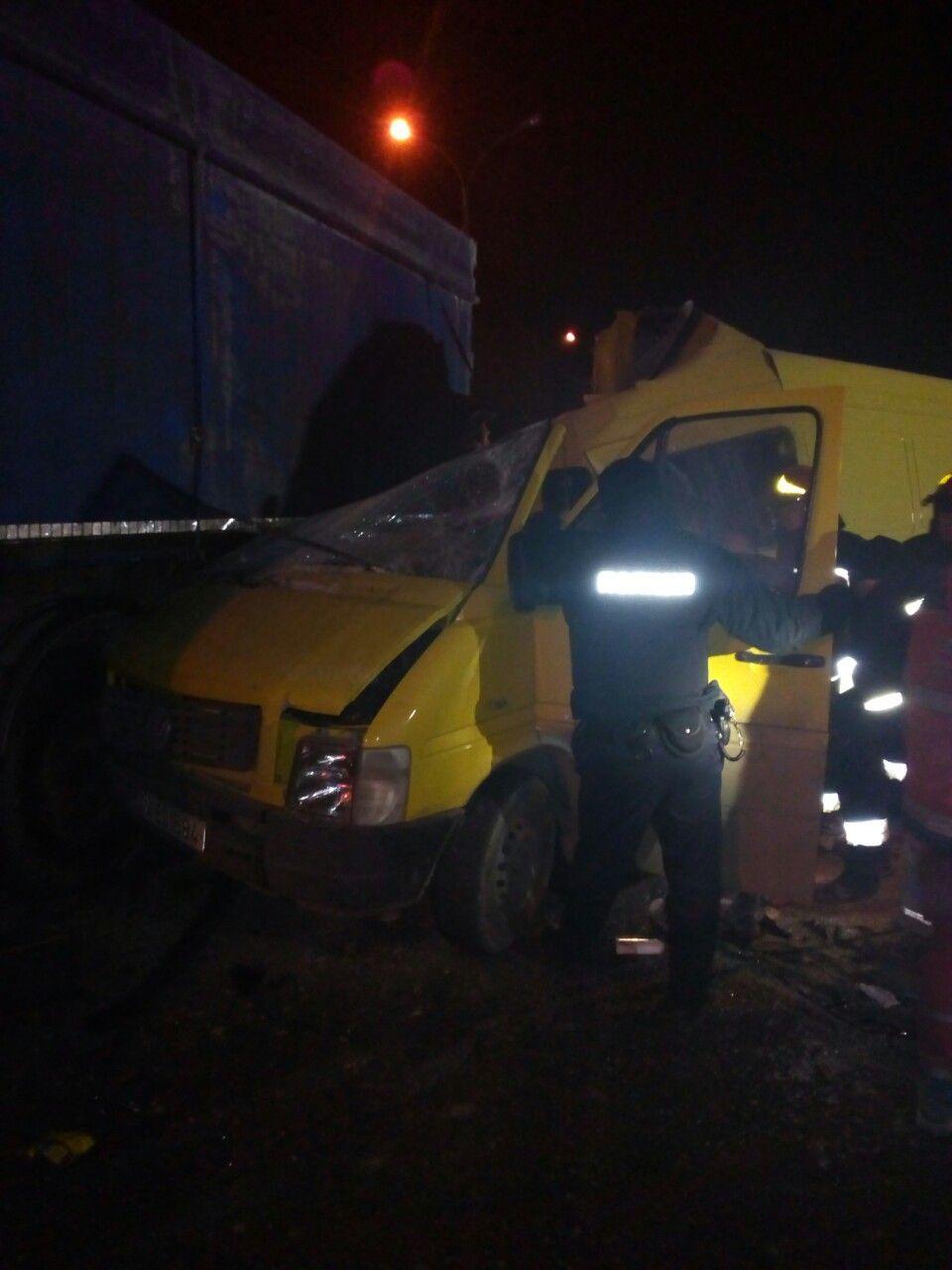 Фатальна поїздка: у Вінниці бус з людьми влетів в вантажівку (Фото)