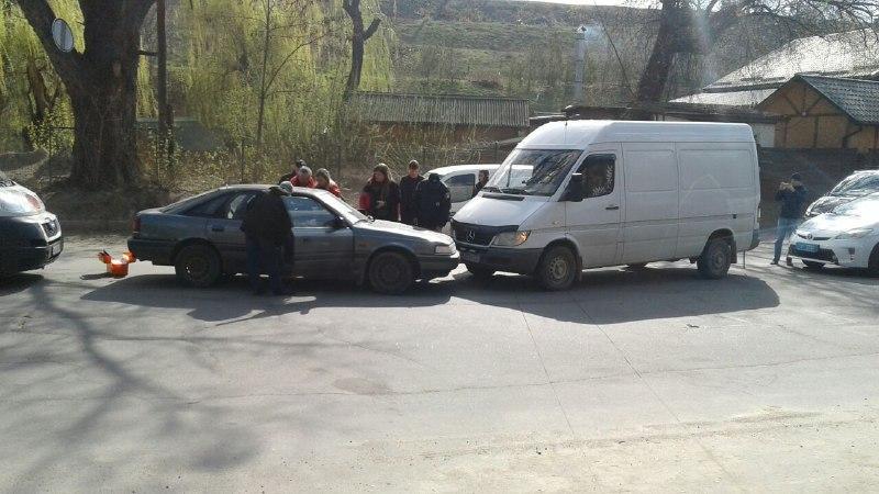У Вінниці зіткнулися Mazda та Mercedes. Водій втратив свідомість за кермом (Фото)