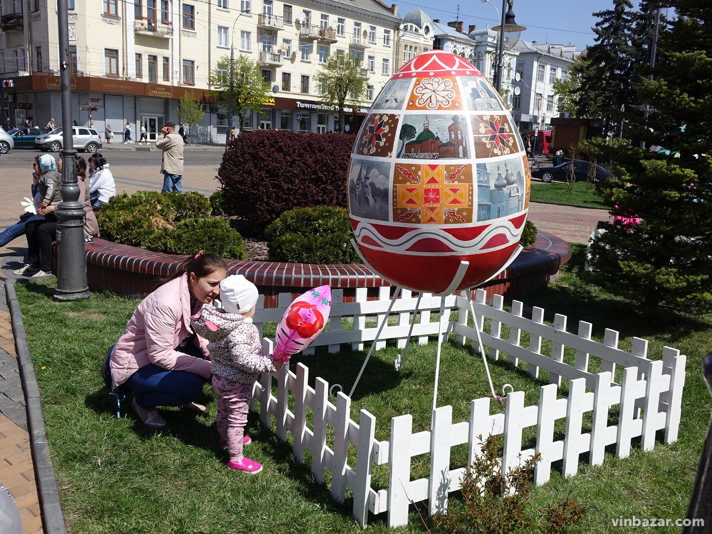У центрі Вінниці встановили великі писанки. Триває Великодній фестиваль (Фото)