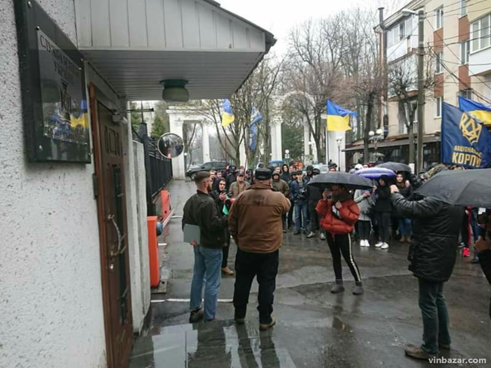 У Вінниці Нацдружини пікетували управління СБУ (Фото)