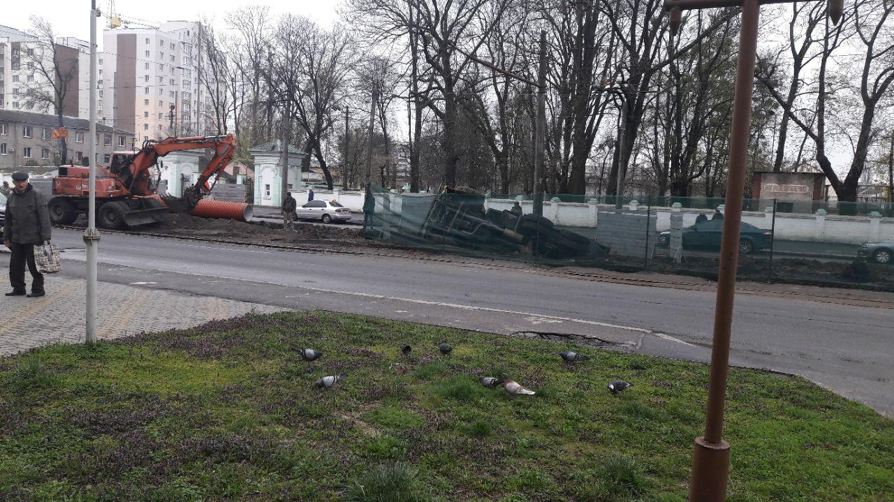 На Замостянській вантажівка перекинулася у траншею (Фото+Відео)