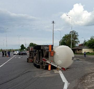 На Вінниччині перекинулась вантажівка з пальним (Фото)
