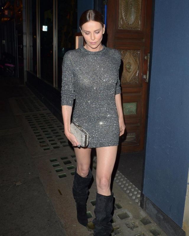 Шарлиз Терон продемонстрировала точеную фигуру в мини-платье с пайетками