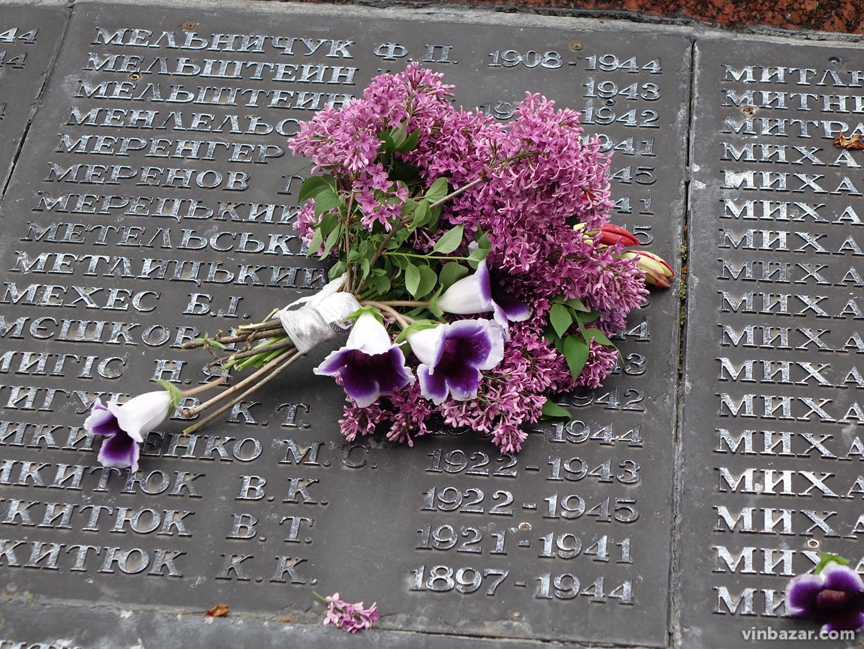 У Вінниці поклали квіти до Меморіалу Слави та пам'ятнику героям АТО (Фото)