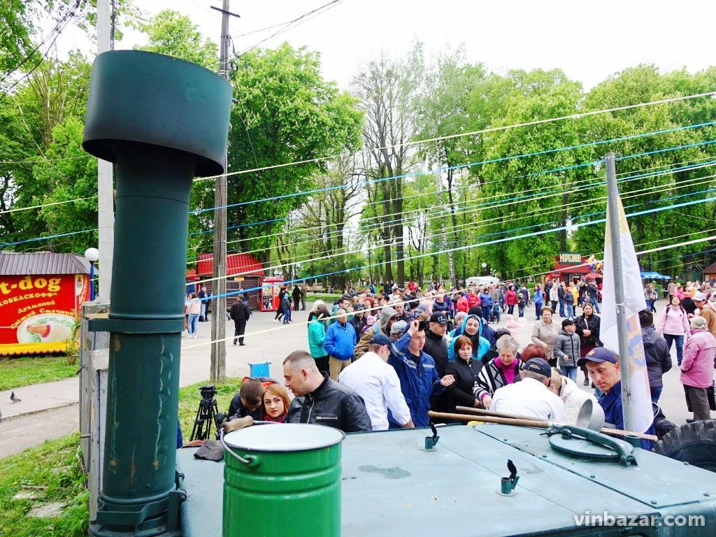 У Вінниці солдатська каша викликала фурор. Люди утворили чергу за безкоштовною гречкою (Фото+Відео)