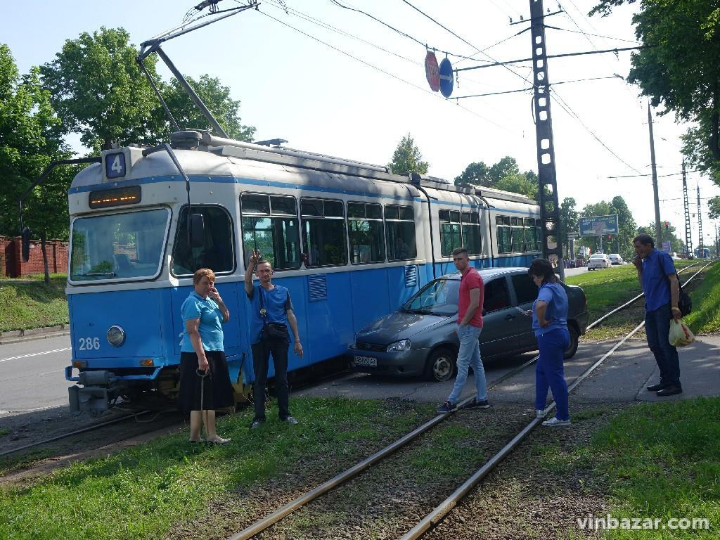 На Хмельницькому шосе автівка в'їхала у трамвай (Фото)
