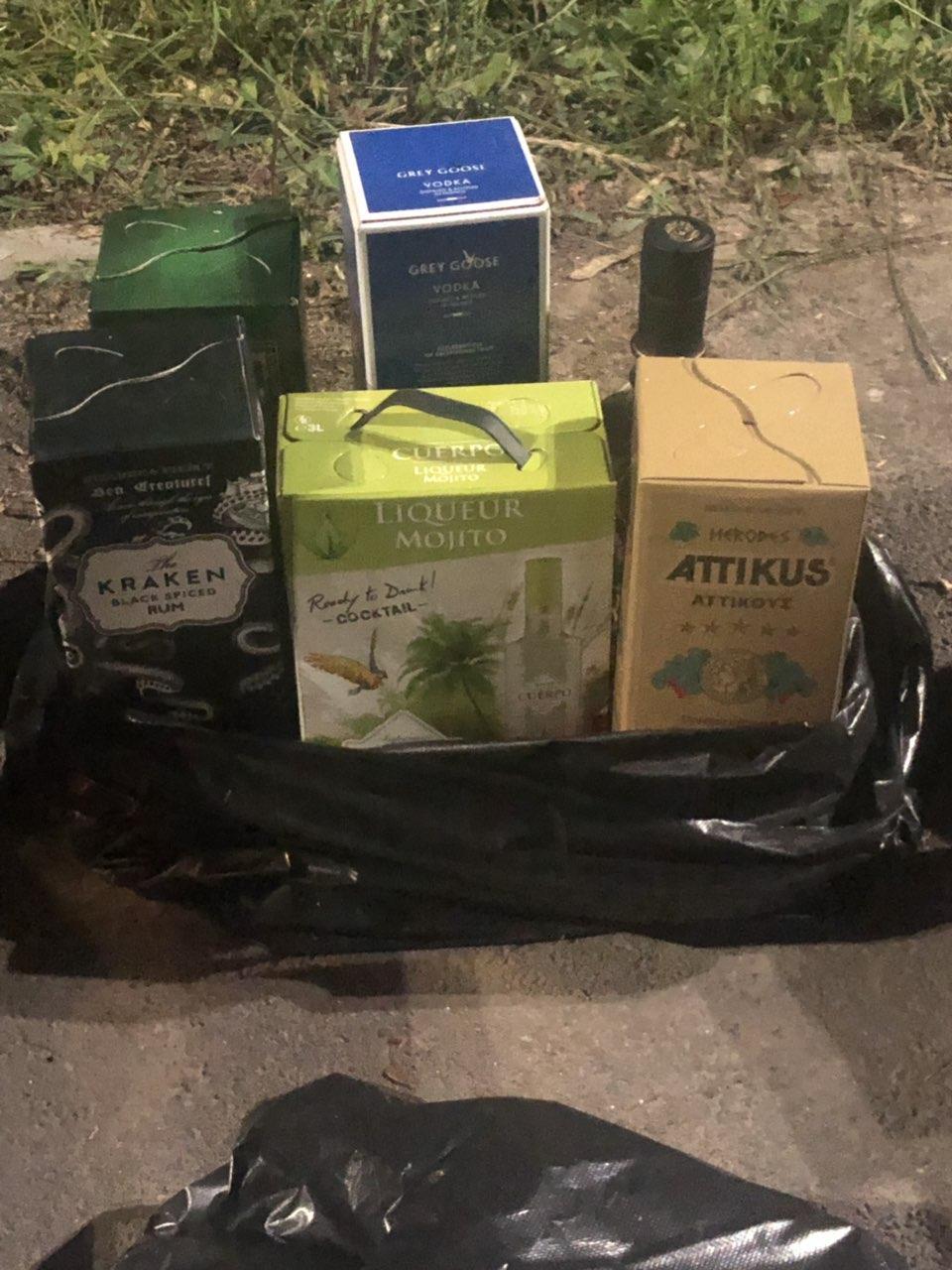 На Вінниччині в поштовому автомобілі виявили фальсифікований алкоголь на мільйон гривень (Фото)