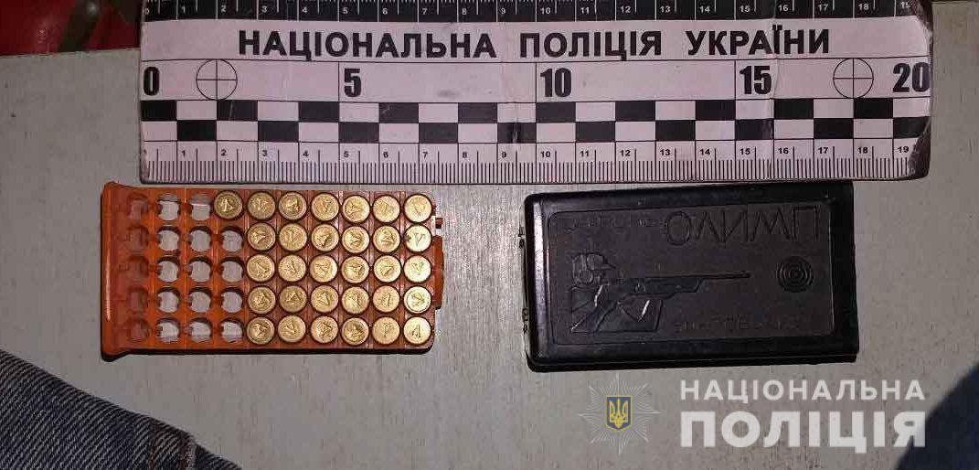 На Вінниччині поліція вилучила у місцевого жителя пістолет, порох та пів сотні набоїв (Фото)