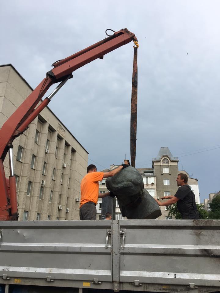 На Замості зняли пам'ятник революціонеру Петру Запорожцю (Фото)
