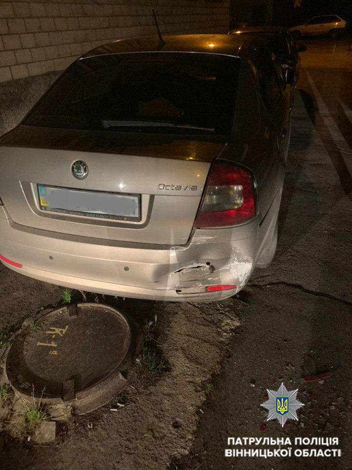 У Вінниці п'яний водій легковика врізався у припарковані автівки (Фото)