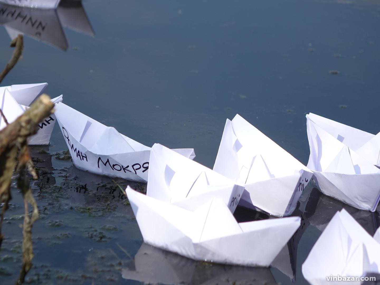 24 паперові кораблі: у Вінниці митці виразили підтримку полоненим українським морякам (Фото)
