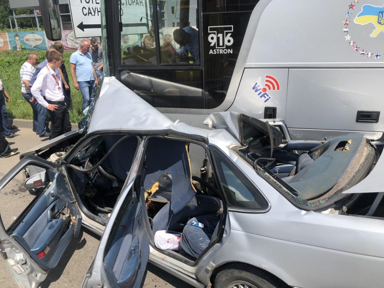 ДТП на Немирівському шосе: зіштовхнулися легковик та автобус міжнародного сполучення (Фото)