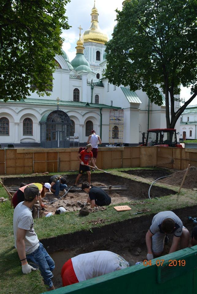 У стен Софии Киевской нашли древний фундамент и монеты