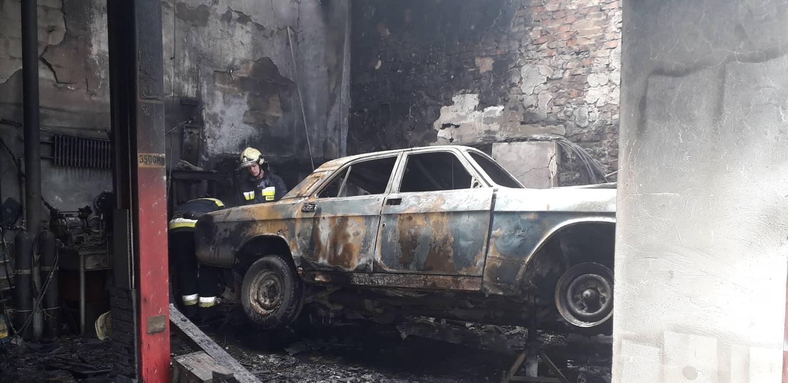У Зарванцях під час пожежі постраждав чоловік, коли намагався загасити гараж (Фото)
