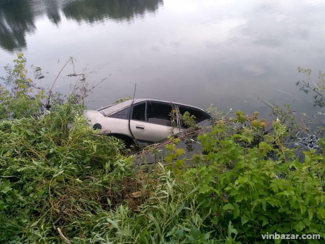 На Вінниччині через ДТП автомобіль потрапив у ставок. Загинули двоє людей (Фото)