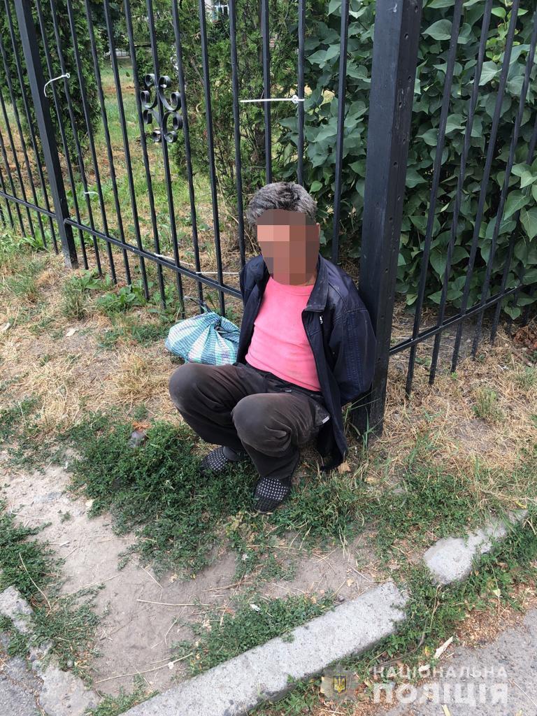 По вулиці Янгеля невідомий у ліфті напав з ножем на жінку (Фото)