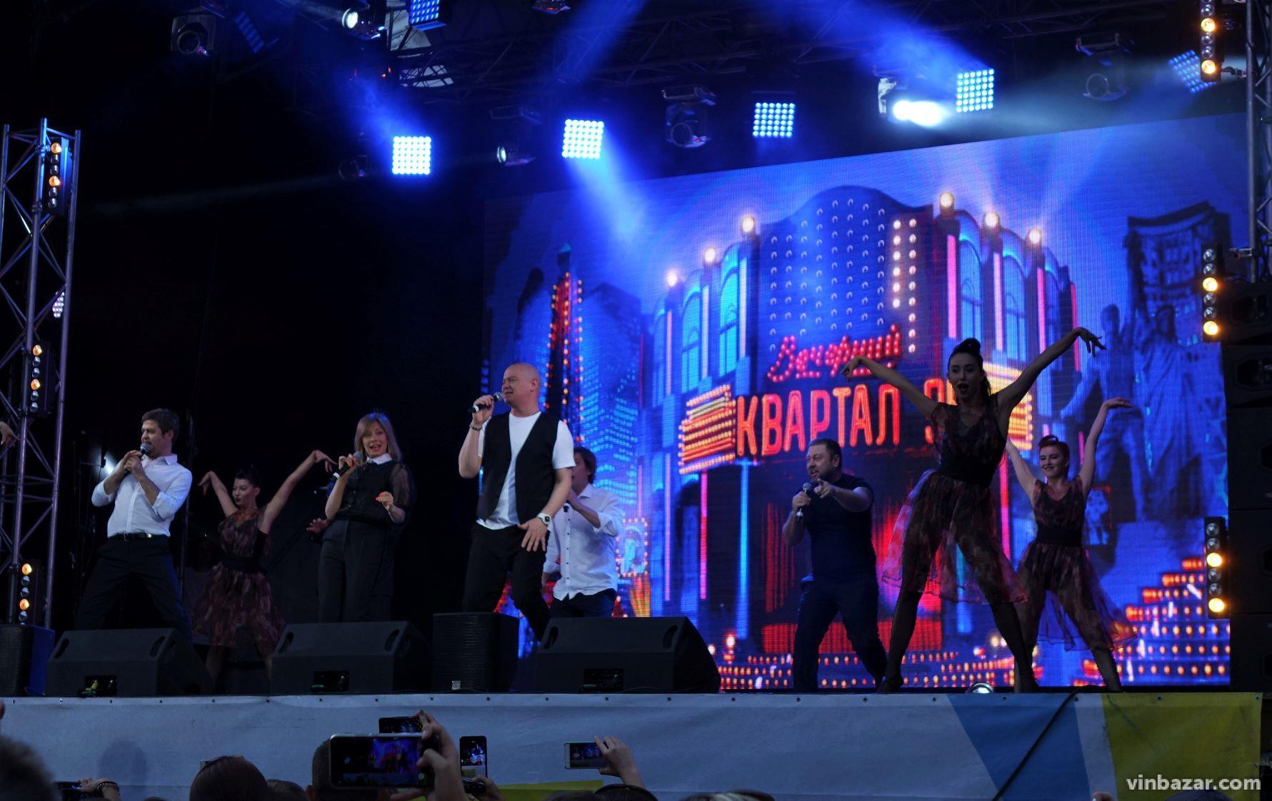 """Концерт """"Кварталу 95"""" у Вінниці зібрав повний парк глядачів (Фото)"""