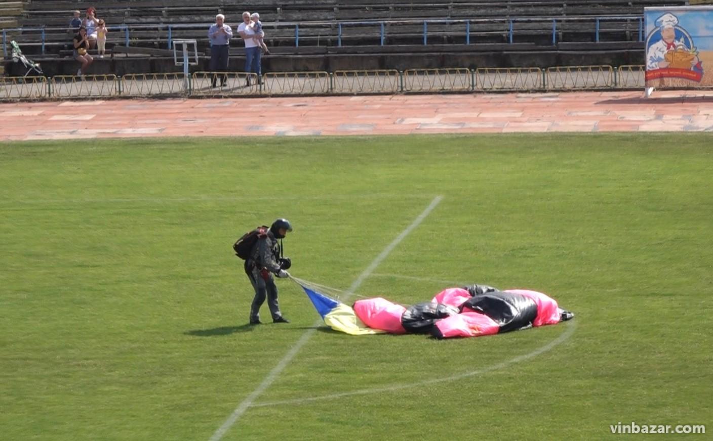 У Вінниці відбулось видовищне авіашоу. На Центральний стадіон висадились спецпризначенці (Фото)