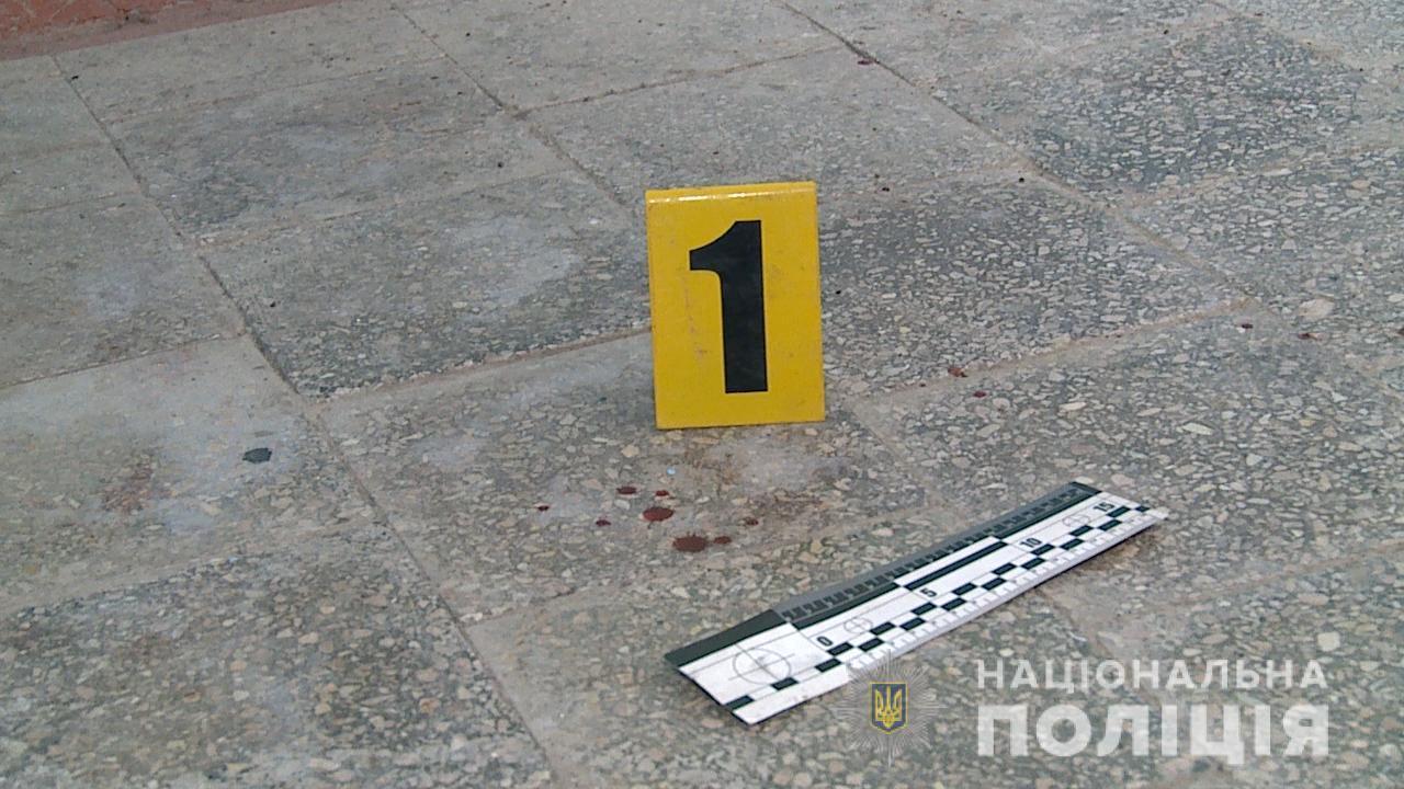 На Вінниччині жінка з сокирою та пістолетом напала на стоматолога (Фото)