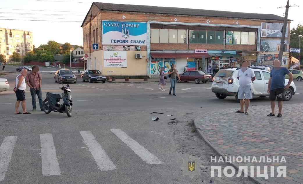 У Тиврові п'яний скутерист зіткнувся з легковиком (Фото)