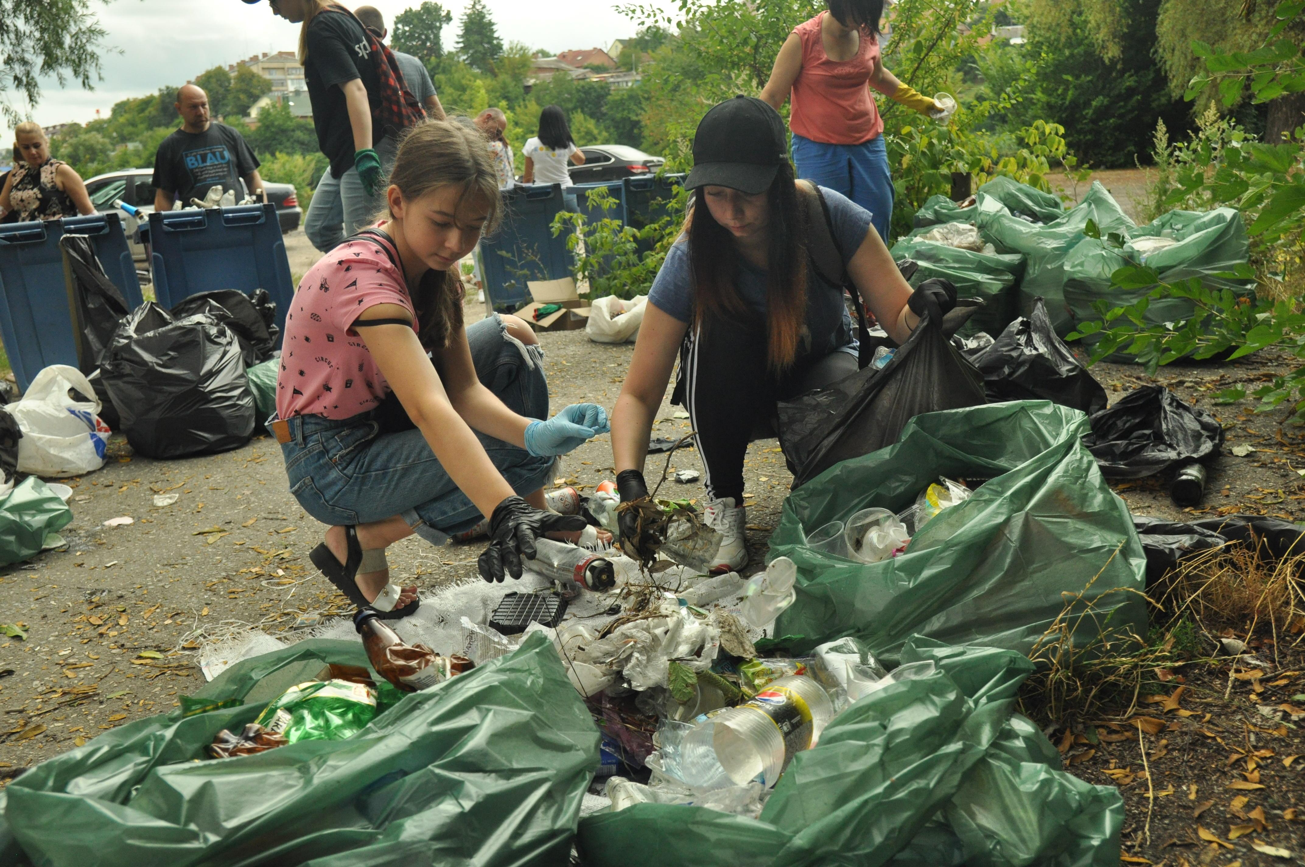 """На екопробіжці """"плогінг"""" у Вінниці зібрали понад тонну сміття (Фото)"""