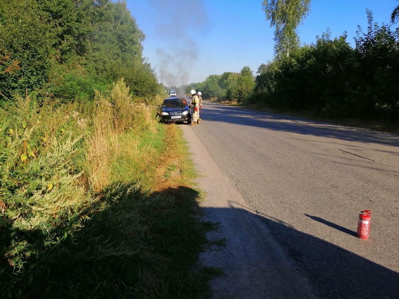 На трасі біля Тиврова зайнявся легковий автомобіль (Фото)