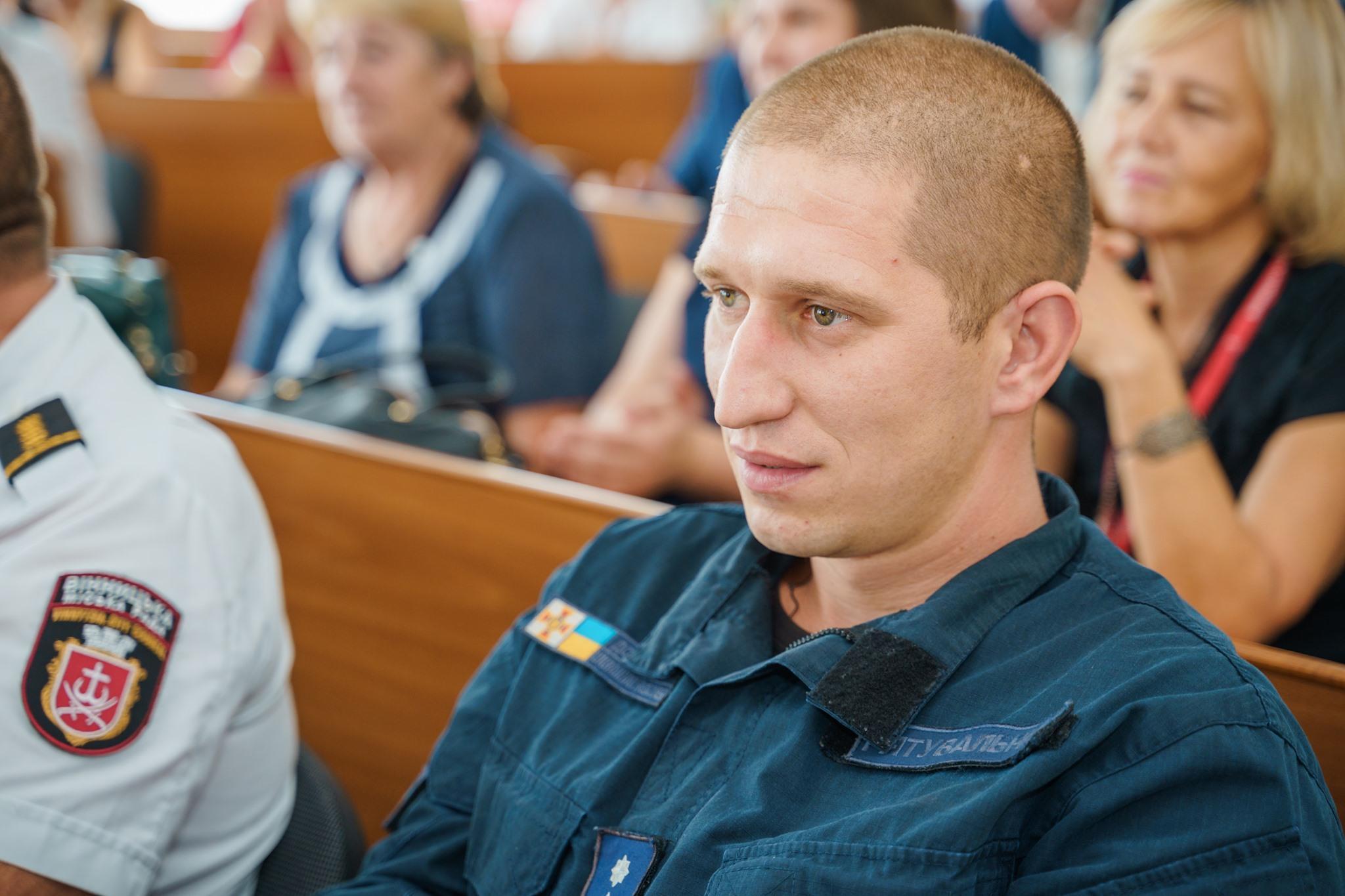 У Вінниці нагородили рятувальника, який посеред дороги допоміг непритомній жінці
