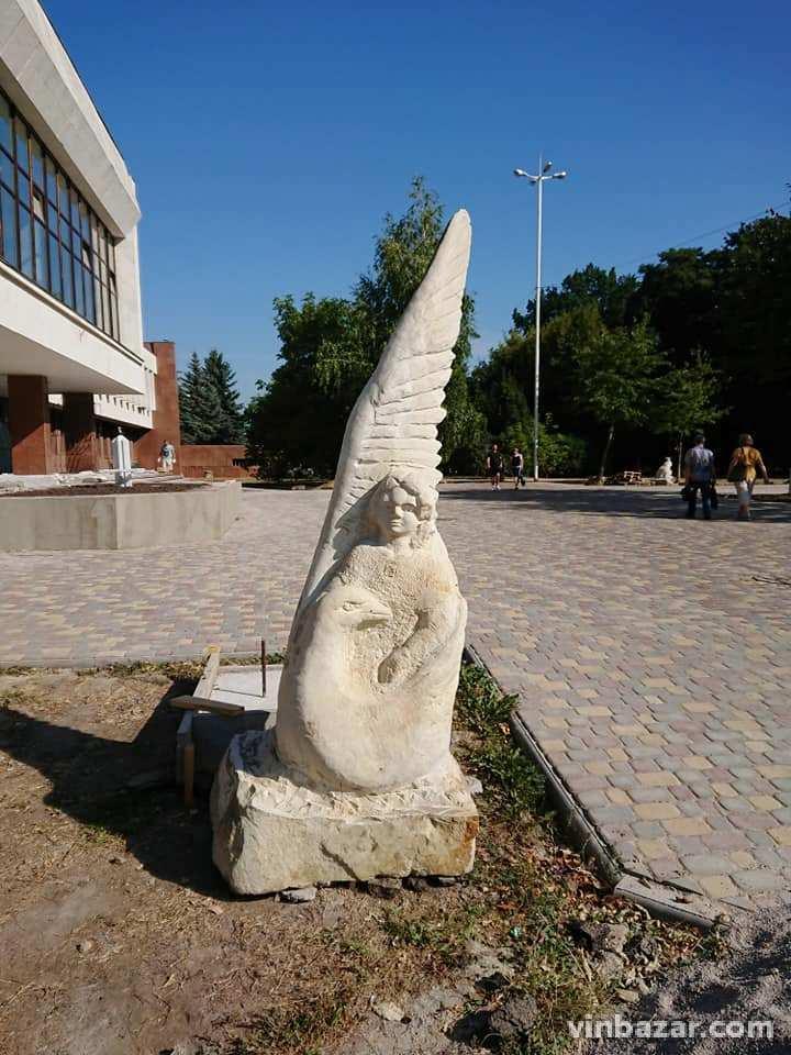 Біля Книжки встановлюють скульптури казкових героїв (Фото)