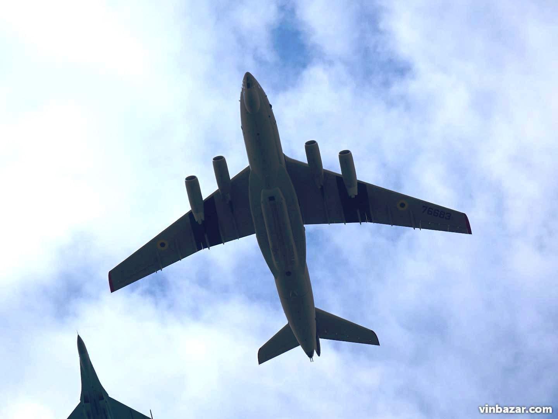 Повітряний парад: над Вінницею пролетіли військові літаки та вертольоти (Фото)