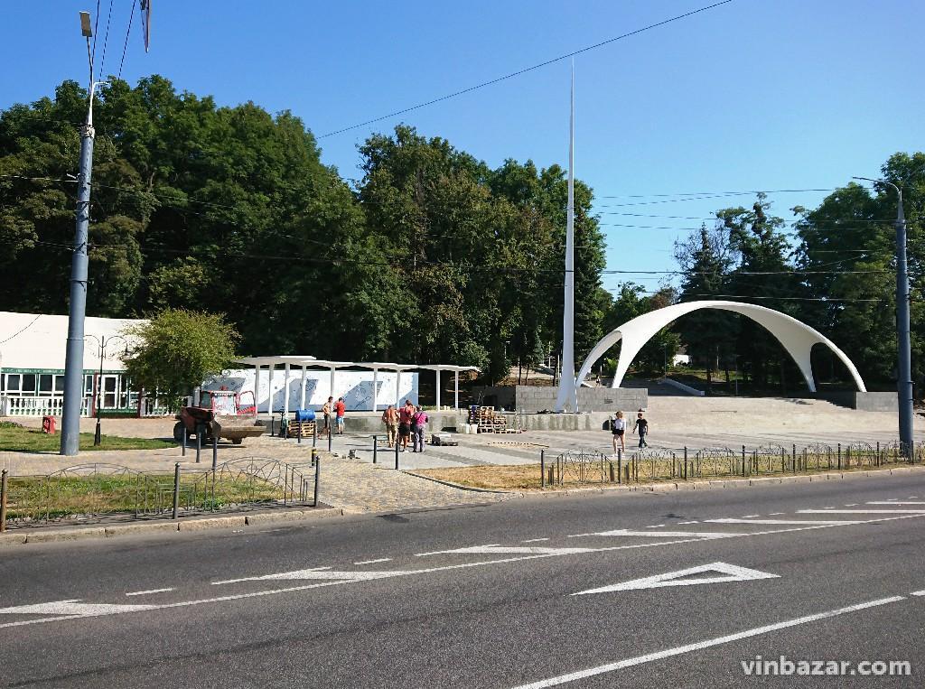 Біля арки розпочали роботи з встановлення круглих лавок (Фото)