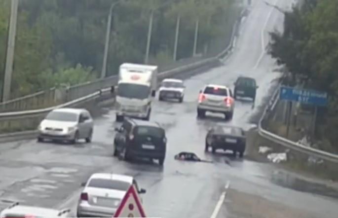 У Вінниці на проїжджу частину виповзла жінка та втратила свідомість (Відео)