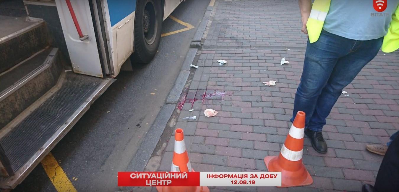 На Соборній літня жінка випала з тролейбуса та травмувала голову (Фото+Відео)
