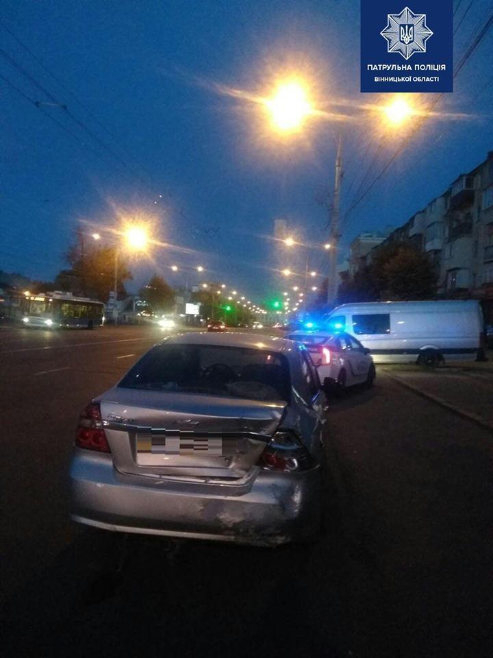 У Вінниці п'яний водій Mercedes-Benz пошкодив три автівки (Фото)