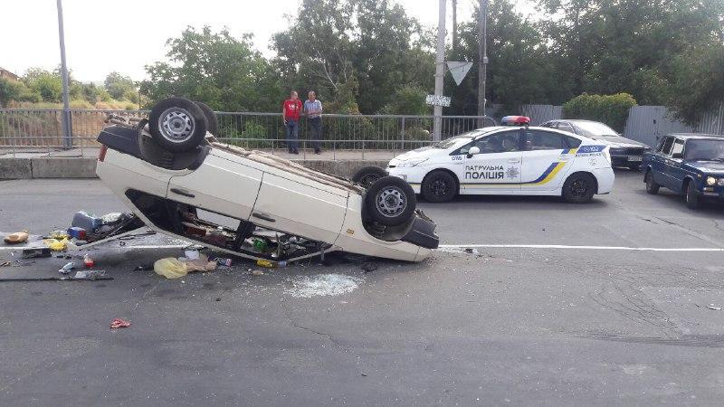 ДТП на Бучмах: від удару ВАЗ перекинуло на дах (Фото)