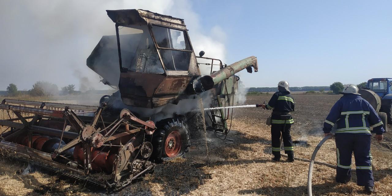 На Вінниччині під час збору врожаю згорів комбайн (Фото)